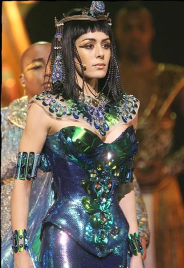 Sofia Essaïdi no papel de Cléopâtre