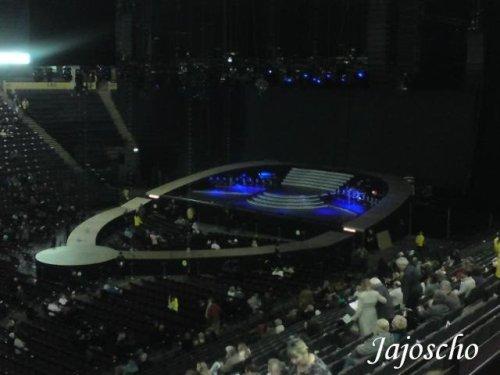 O palco novo, imeeeeenso e cheio de tecnologia! O pessoal que paga pacote especial fica dentro dele, reparem