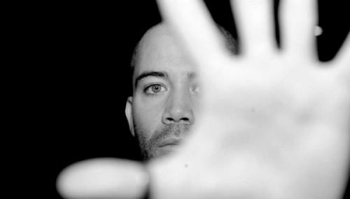 Nova música é liberada para apreciação dos fãs - trecho de L'Adversaire está disponível no MySpace do cantor