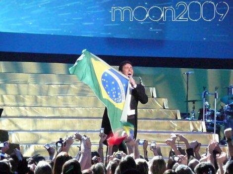 Carlos Marin, Il Divo, com a bandeira do Brasil durante show em São Paulo