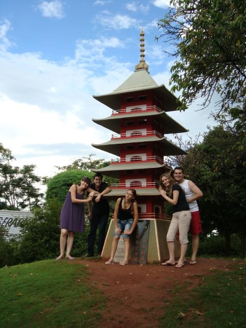 Mari, Rafa, Taís (primos) e Silmara com o namorado, Dinho - no jardim japonês aqui da cidade (lindo demais)
