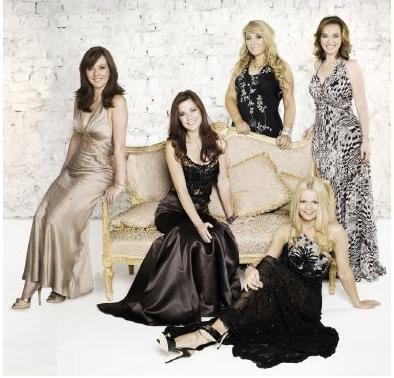 Da esquerda para a direita: Lisa, Lynn, Máiréad, Chloe (atrás) e Alex (formação atual)